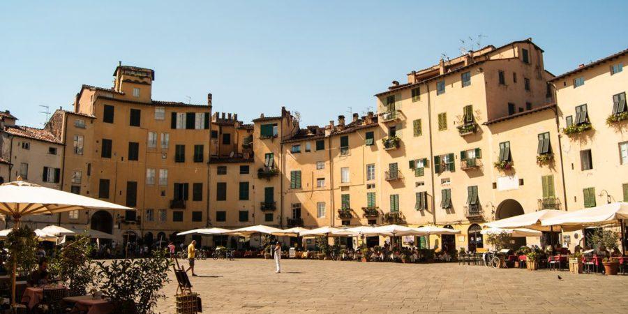 Piazza dell Anfiteatro em Lucca, um dos principais pontos de interesse na cidade