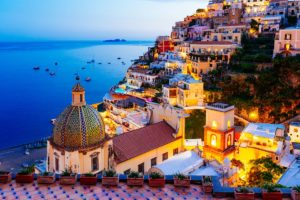 Positano na Costa Amalfitana com casas à beira da encosta e deslumbrante vista do mar