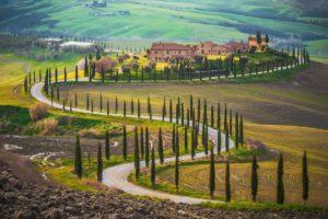 Estrada na Toscana, perfeita para curtir uma Ferrari