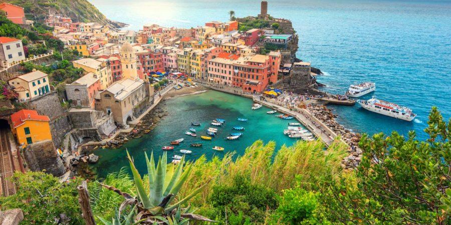 A colorida cidade de Vernazza e um deslumbrante pôr do sol, um lugar paradisíaco na Itália