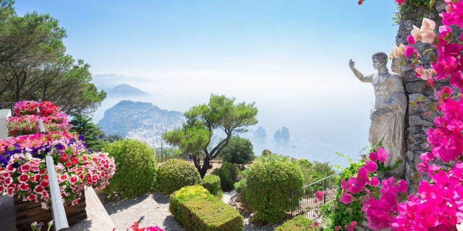 Vista de Capri em um belo dia de verão, um dos lugares para de mel na Itália