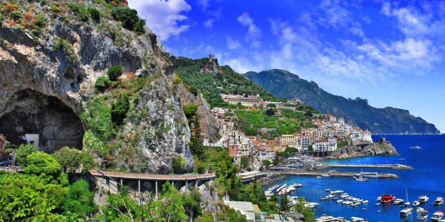 Estrada curvilínea, mar e céu azul na Costa Amalfitana