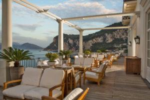 Cadeiras na varanda e vista mar do JK Place em Capri, um dos hotéis 5 estrelas na Itália