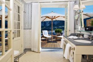 Banheiro com vista do mar e da paisagem no JK Place, em Capri