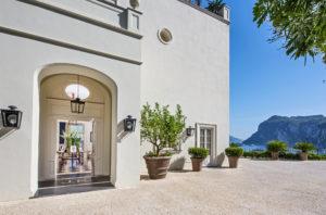 Fachada e vista do mar no JK Place em Capri, um dos locais onde ficar na costa amalfitana