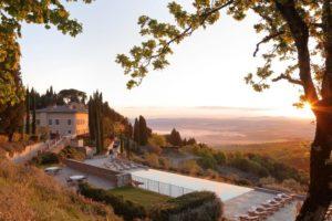 Hotel Castiglion del Bosco, com piscina e vista da paisagem ao pôr do sol