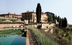 Vista geral da piscina e do hotel Castiglion del Bosco, um dos hotéis 5 estrelas na Itália