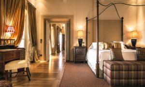 Quarto elegante no Castiglion del Bosco na Toscana, um dos hotéis 5 estrelas na Itália