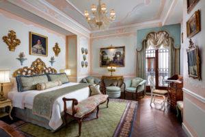 Quarto em branco e tons de verde no Gritti Palace, um dos hotéis 5 estrelas na Itália