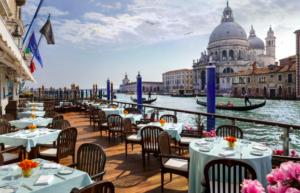 Vista de Veneza pela manhã, com canal e gôndolas, a partir do hotel Gritti Palace