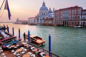 Vista de Veneza ao pôr do sol a partir do hotel Gritti Palace, um dos hotéis 5 estrelas em Veneza