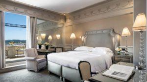 Quarto confortável e elegante do Hassler, um dos hotéis 5 estrelas na Itália