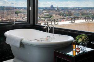 Luxuoso banheiro do hotel Hassler, com vista de Roma a partir da banheira