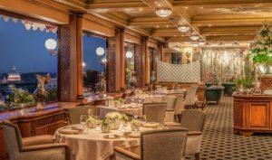 Ambiente refinado e vista da cidade de Roma no restaurante Michelin La Pergola
