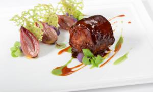 Prato de carne do restaurante l'Olivo, um restaurante Michelin na Itália