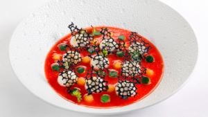 Prato sofisticado e delicioso do l'Olivo em Anacapri, um restaurante Michelin na Itália