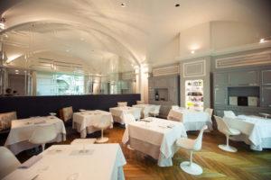 O ambiente do restaurante Michelin Ora d'Aria, em Florença, sofisticado, elegante e minimalista