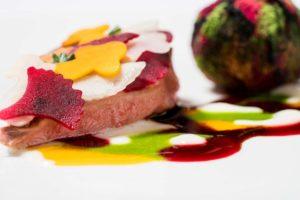 Um prato colorido e sofisticado do Osteria Francescana em Módena, um restaurante Michelin na Itália