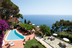 Piscina e jardim do luxuoso Punta Tragara, em Capri