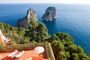 Vista para os Faraglioni em Capri a partir do Punta Tragara, um dos hotéis 5 estrelas na Itália