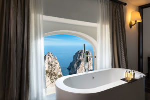 Um luxuoso banheiro com vista para os Faraglioni de Capri, no Punta Tragara, um dos hotéis 5 estrelas na Itália