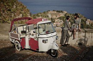 Ape Calessino na sicília, com Taormina ao fundo