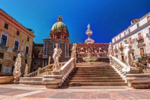 Vista da Fontana Pretorio, na Sicilia, com céu azul ao fundo