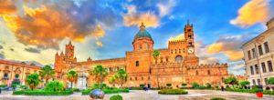Imagem panorâmica da enorme e bela catedral de Palermo, na Sicília, com pôr do sol ao fundo