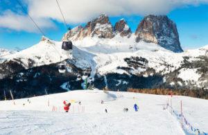 Panorama de Val di Fassa com neve e pistas de ski, nas Dolomitas