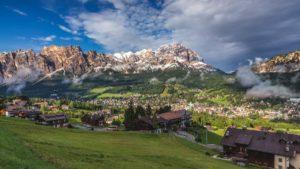 Vista panorâmica de Cortina D'Ampezzo, uma das cidades com neve mais lindas na itália