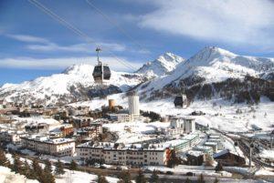 Imagem panorâmica do inverno em Sestriere, perto de Turim, uma das cidades com neve para visitar na Itália