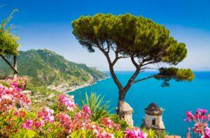 ista de cartão postal da famosa Costa Amalfitana de Ravello