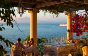 Vista ao por do sol do terraço do hotel bellevue syrene em sorrento, uma das cidades na costa amalfitana