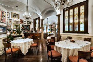 O ambiente clássico e refinado de um dos melhores restaurantes de Milão, o Boeucc