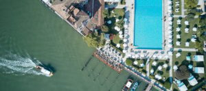 Vista aérea com piscina e canal do Cipriani, um dos melhores hotéis de luxo em Veneza
