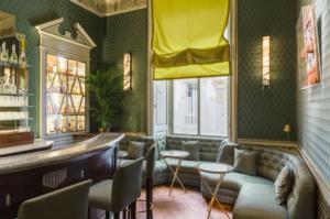 Bar com mesas, sofá e vista para galleria vittorio emanuele, no restaurante Cracco em Milão