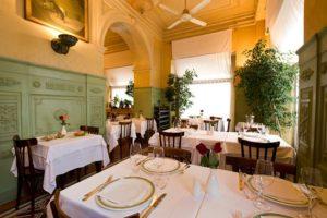 Ambiente do restaurante Da Giacomo, um dos melhores restaurantes de Milão