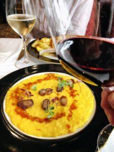 Taças de vinho e o famoso risotto alla milanese do Giacomo, um dos melhores restaurantes de milão