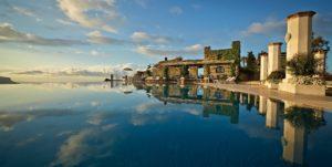 piscina do hotel caruso em ravello, uma das cidades da costa amalfitana