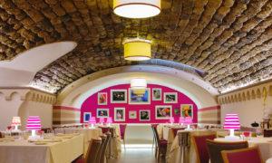 ambiente interno do restaurante il buco em sorrento, um dos locais onde comer na costa amalfitana