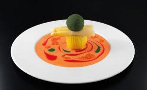 Prato colorido sob um fundo preto do restaurante Joia, um dos melhores restaurantes de Milão