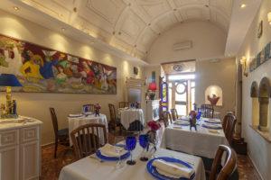 vista da sala de jantar do la caravella em positano, um dos locais onde comer na costa amalfitana