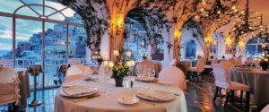 ambiente romântico e vista no restaurante la sponda em positano, um dos locais onde comer na costa amalfitana