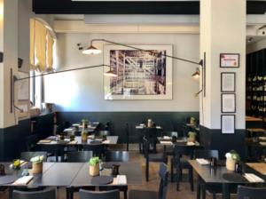 Vista ampla da sala principal do Ratana, um dos melhores restaurantes de Milão