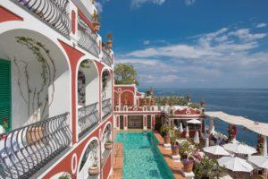 fachada e piscina do hotel le sirenuse em sorrento, uma das cidades da costa amalfitana