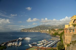 Vista do mar a partir de Sorrento, uma das cidades da Costa Amalfitana