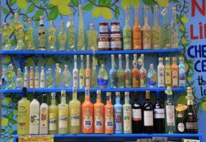 Garrafas coloridas de limoncello, bebida típica da Costa Amalfitana