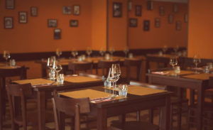 Mesas de madeira e ambiente despretensioso num dos melhores restaurante de Milão, o Trippa