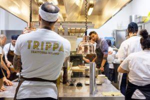 Cozinheiros e ambiente da cozinha do do restaurante Trippa, em Milão